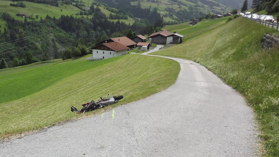 Auf einer angrenzenden steilen Wiese blieb der Mann verletzt liegen.