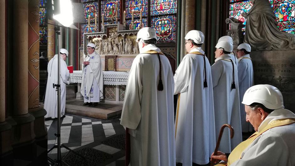Die Priester trugen Schutzhelme.