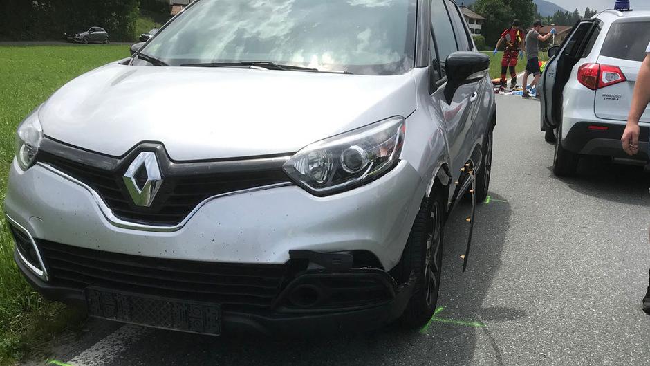 Obwohl an den Fahrzeugen kaum Schäden sichtbar sind, dürfte der Motorradfahrer so unglücklich mit dem Pkw kollidiert sein, dass er sich tödlich verletzte.