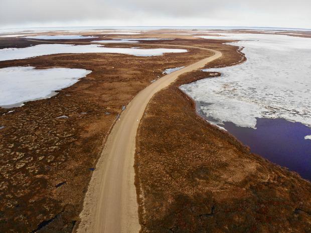 Die Strecke des Inuvik-Tuktoyaktuk-Highways führt vorbei am Rande der Beaufortsee, einem Teil des Nordpolarmeers.