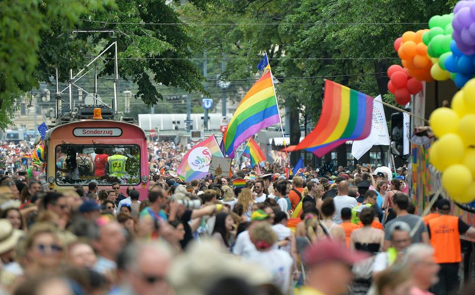 Mit rund einer halben Millionen Menschen nahmen so viele wie noch nie zuvor bei der Regenbogenparade teil.
