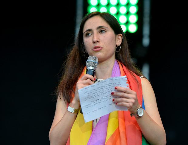 Melanie Geymonat, die mit ihrer Freundin Opfer einer Prügelattacke in einem Bus wurde, trat bei der Abschlusskundgebung auf.