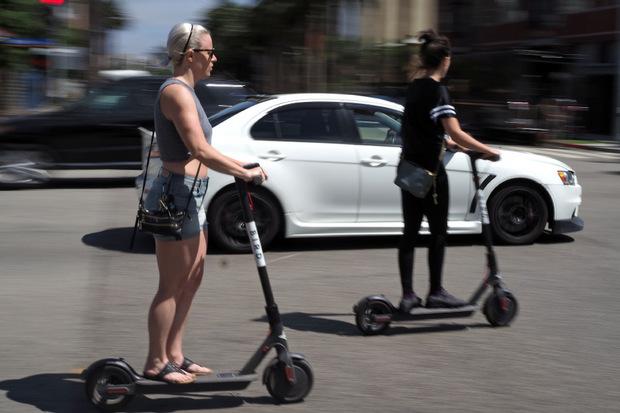 Elektro-Scooter sind Fahrrädern gleichgesetzt. Auf Gehsteigen haben sie nichts verloren.