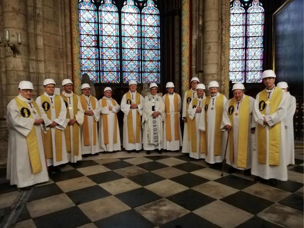 Der Pariser Erzbischof Michel Aupetit und weitere Geistliche trugen ebenfalls einen Schutzhelm.