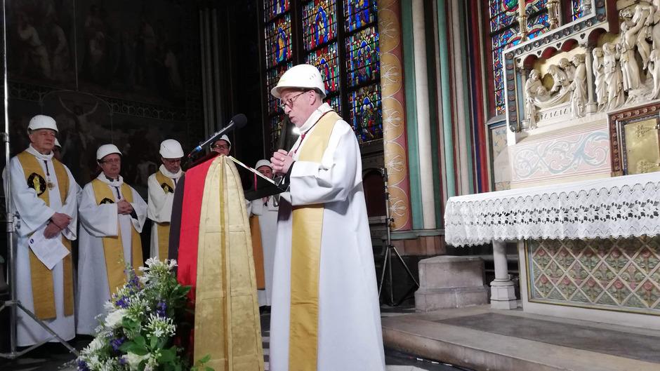 Der Rektor der Kathedrale, Patrick Chauvet, während der ersten Messe nach dem verheerenden Brand.