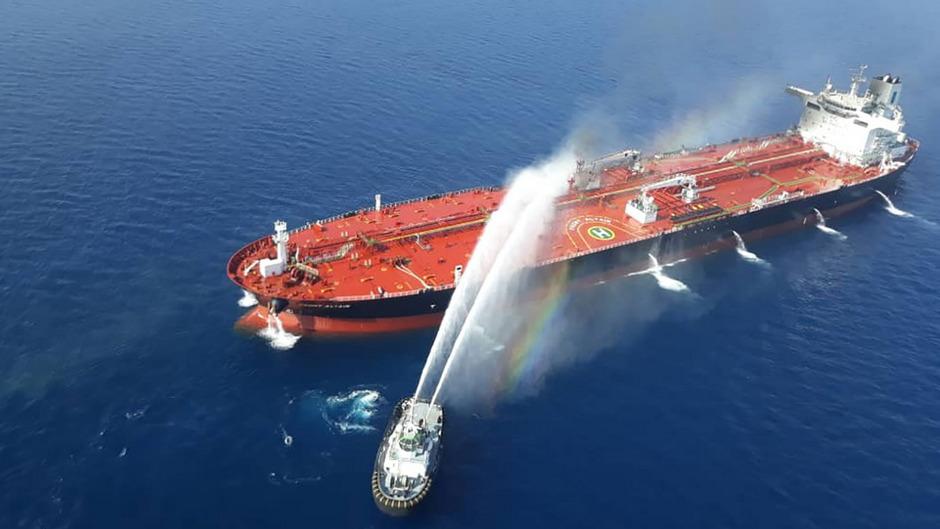 """Auf dem norwegischen Tanker """"Front Altair"""" hatten sich am Donnerstag im Golf von Oman Explosionen ereignet."""