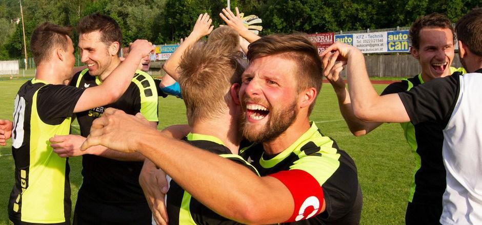 Rund um Kapitän und Doppeltorschütze Michael Schweinberger feierten die Kicker des SK Zell am Ziller auf der Haller Lend am letzten Spieltag den Titel in der 1. Klasse Ost.