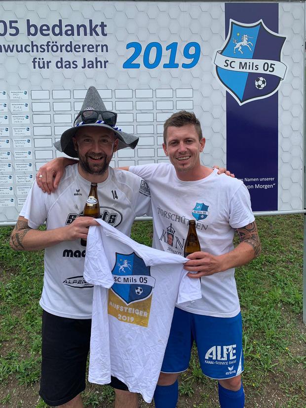 Bewiesen Steherqualitäten und feierten den Milser Aufstieg bis Sonntag durch - Stefan Hörtnagl (l.) und Martin Angerer.