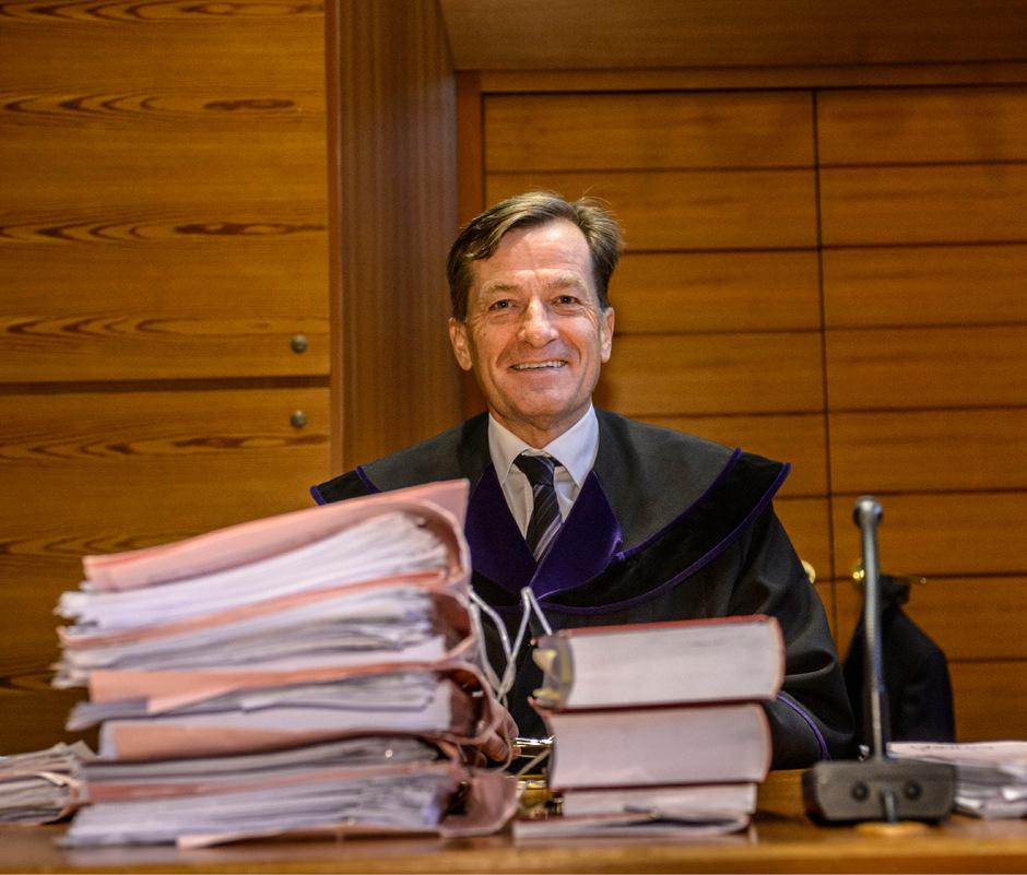 Der Verfahrensakt einer Ex-Pädagogin zerrt am Nervenkostüm von Richter Josef Geisler. Das Lachen vergeht ihm trotzdem nicht.