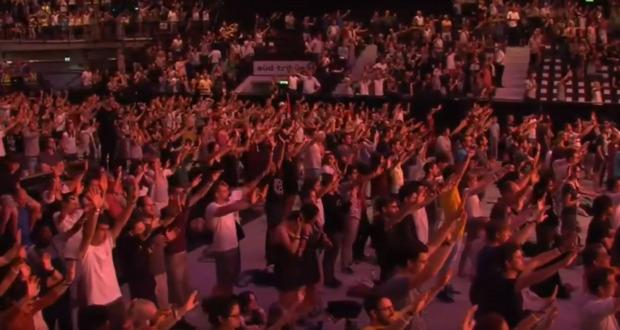 Tausende Teilnehmer des Events beteten nach einer entsprechenden Aufforderung Fitzgeralds mit ausgestreckten Armen für Kurz.