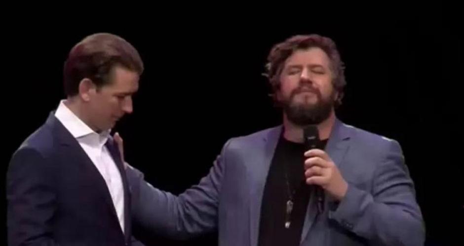"""Der gebürtige Australier Ben Fitzgerald (r.), der sich auf einer selbst erklärten Mission der christlichen Rückholung Europas sieht und Jesus getroffen haben will, sprach ein """"Segensgebet"""" für den Altkanzler."""