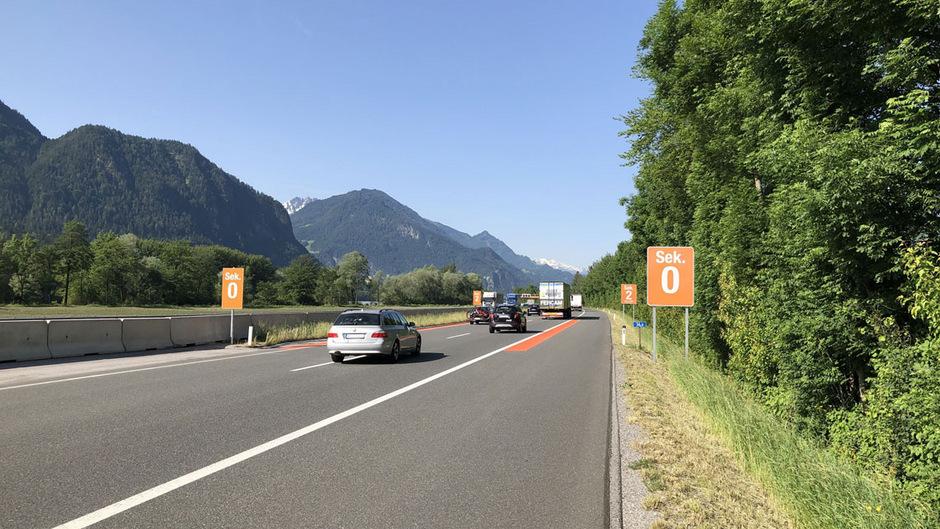 Die Asfinag hat auf der Inntalautobahn bei Kramsach Abstands-Markierungen eingerichtet. Damit können Autofahrer selbst testen, ob sie den nötigen Sicherheitsabstand einhalten.
