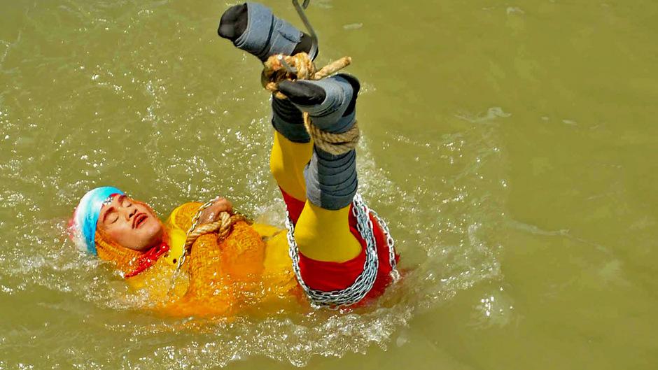 Jadugar Mandrake ließ sich am Sonntag vor den Augen seiner Angehörigen, von Forografen und Polizisten, in den Ganges hinab. Er wollte sich unter Wasser von den Fesseln befreien - doch dann tauchte er nicht mehr auf.