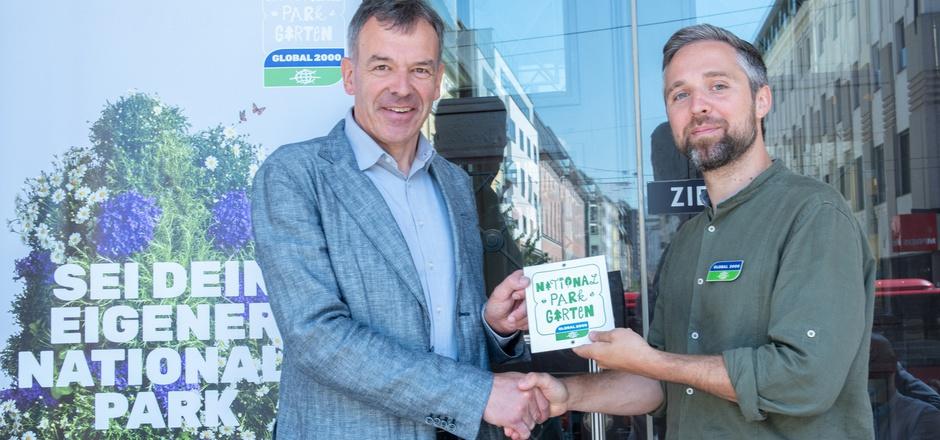 Dominik Lienhard übergab an BM Georg Willi (v.r.) die Auszeichnung für die Stadt Innsbruck.