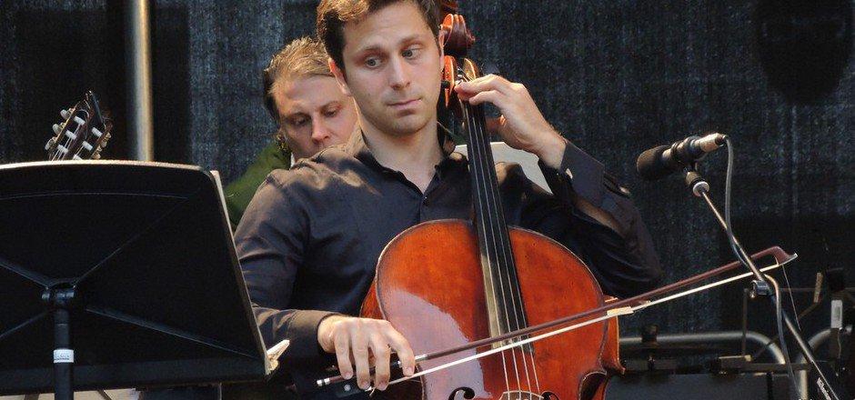 Sebastian Bru, Cellist bei den Wiener Philharmonikern, spielte zum Finale der Festwochen auf dem Landecker Stadtplatz groß auf.