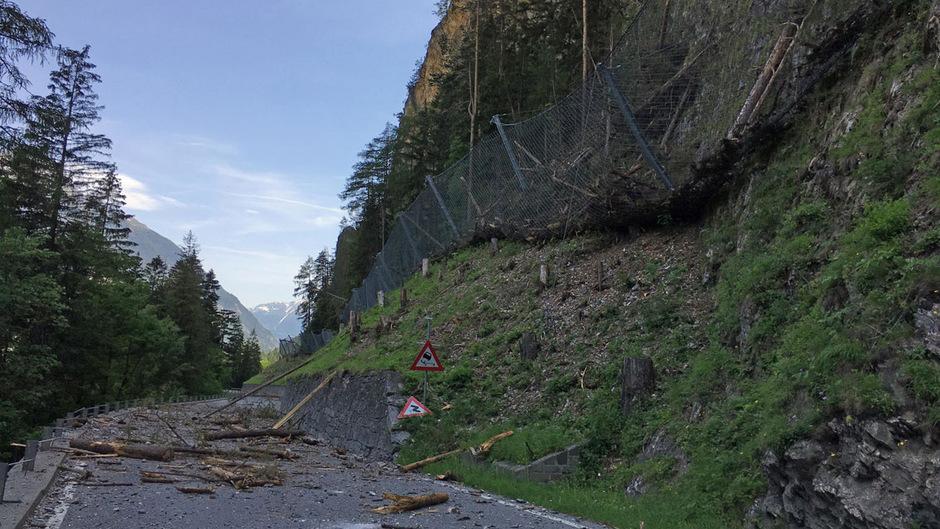 Die Arbeiten an der B180 gehen planmäßig voran. Sehr viel Schadholz wurde oberhalb der Reschenstraße abgeräumt und ist erwartungsgemäß in den Schutznetzen und auf der Fahrbahn gelandet.