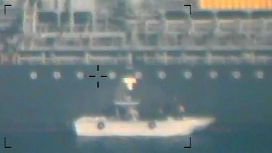 Aufnahme von einem US-Hubschrauber aus: Hier soll das Schnellboot mit den Soldaten zu sehen sein, die die Mine entfernten.