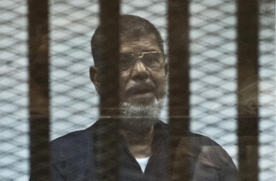 Mohammed Mursi stand seit seinem Sturz 2013 immer wieder vor Gericht, hier in einem Prozess 2015.
