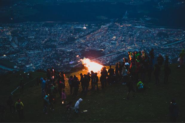 Stimmungsvolles Beisammensein auf der Innsbrucker Nordkette: So gibt es das nur in der Sonnwend-Nacht.