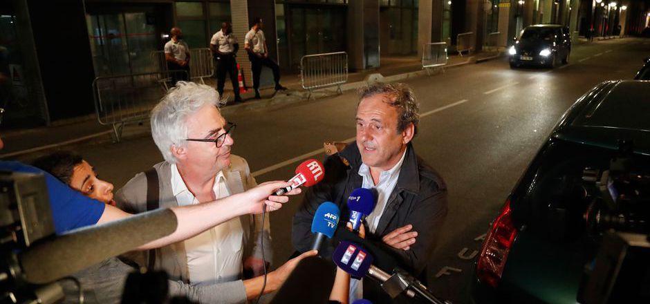 Platini - hier mit Anwalt Bourdon - wirkte nach seiner Enthaftung erschöpft.