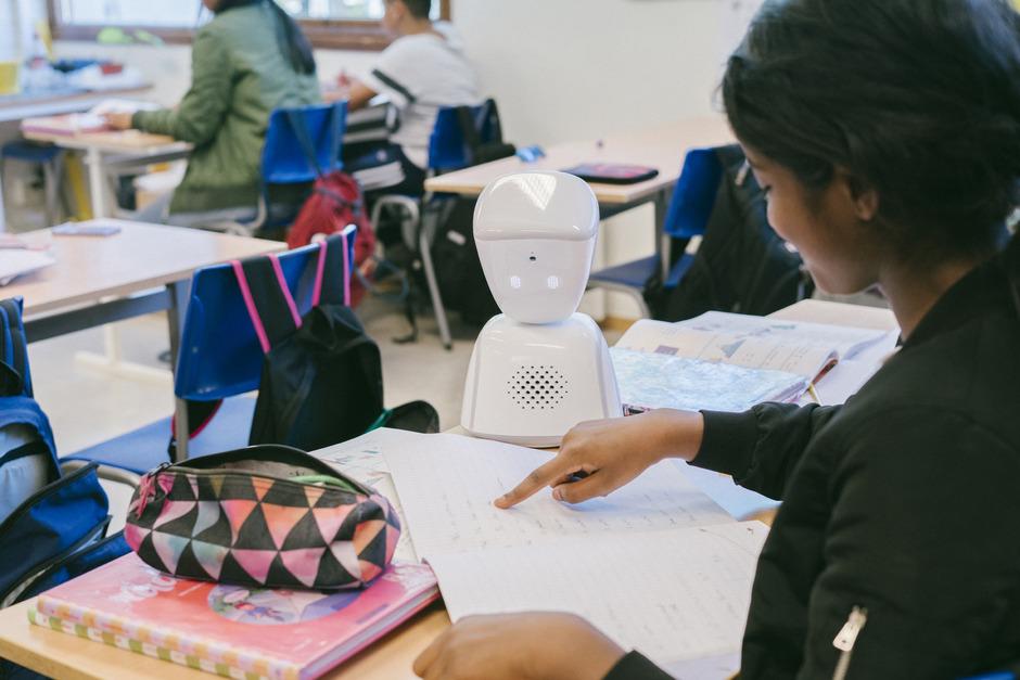 Der kleine Roboter kommuniziert zwischen Zuhause und dem Klassenzimmer.