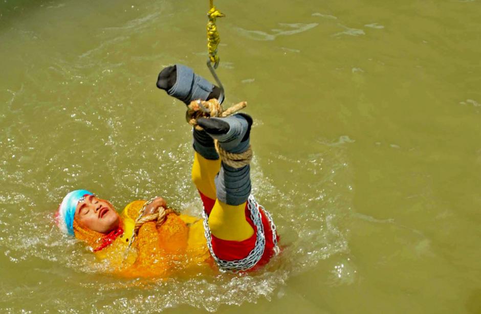 Auf diesem Bild wirft sich der Magier in den Ganges. Er sollte nicht mehr auftauchen.
