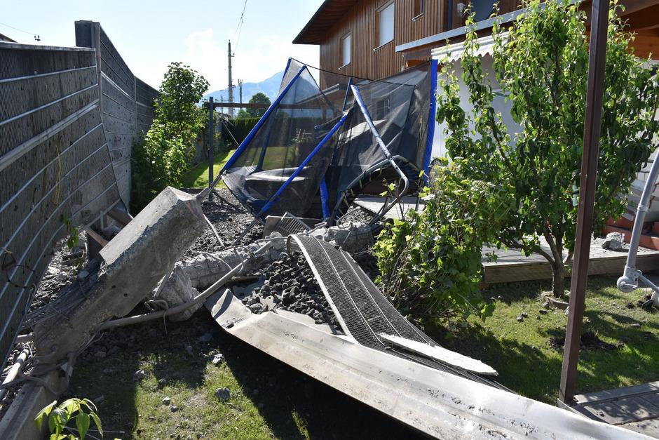 Durch umherfliegende Teile entstanden in angrenzenden Gärten teils beträchtliche Schäden.