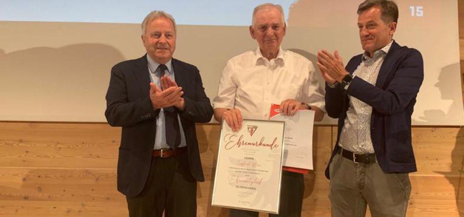 TFV-Urgestein Siggi Mair bekam von ÖFB-Präsident Leo Windtner (l.) ebenso die Ehrenmitgliedschaft verliehen wie von TFV-Präsident Sepp Geisler.