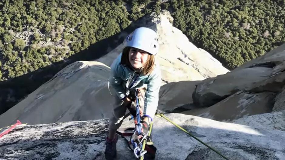 Selah Schneiter hängt über dem Abgrund im Seil. Gemeinsam mit ihrem klettererfahrenen Vater benötigte sie fünf Tage für den Aufstieg.