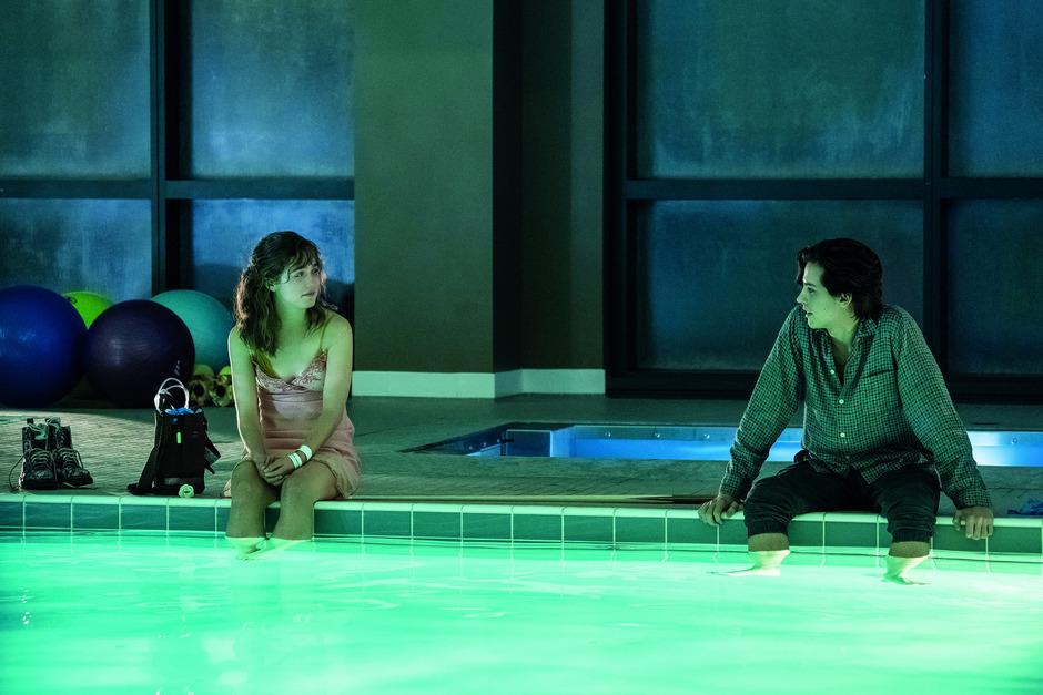Stella (Haley Lu Richardson) und Will (Cole Sprouse) müssen auch beim romantischen Date im Krankenhaus-Schwimmbad auf Abstand bleiben.
