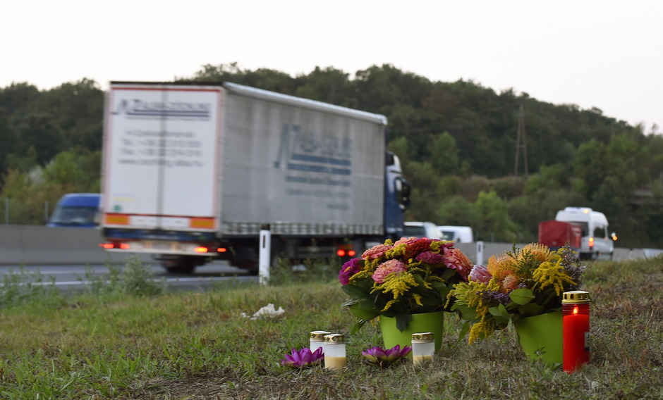 Blumen und Kerzen auf dem Pannenplatz der A4 auf dem der LKW mit den Flüchtlingen stand.
