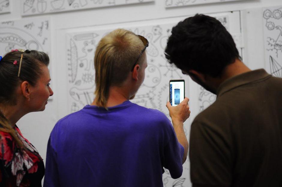 Die Bilder werden mithilfe innovativer Augmented Reality-Technologie über die Smartphones und Tablets der Besucher zum Leben erweckt.