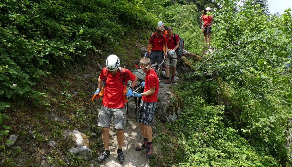 Im oberen Drittel des Klettersteiges stürzte der Mann aus bisher noch unbekannter Ursache rund 100 Meter in die Tiefe.