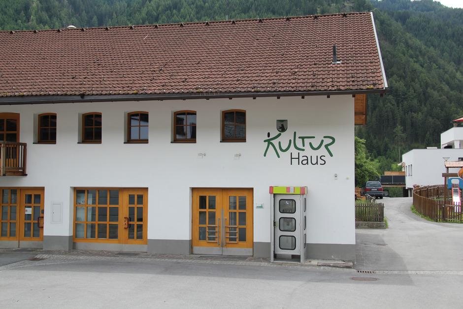 Alte und neue Kommunikationsmittel: Derzeit gibt es vor dem Kulturhaus Kauns eine Telefonzelle, ab Herbst soll freies Internet folgen. Die Gemeinde nimmt im Zentrum mehrere Hotspots in Betrieb.