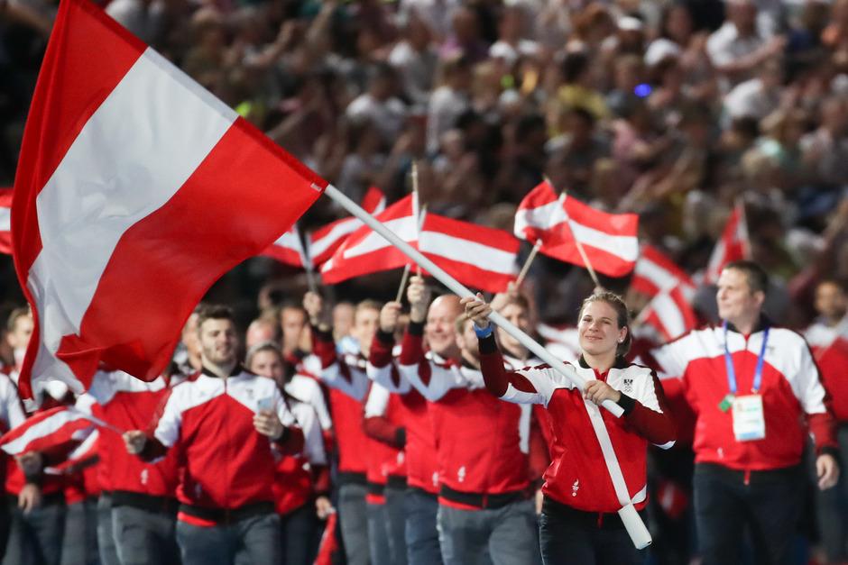 Tirols Judo-Ass Bernadette Graf (r.) durfte am Freitag die rotweißrote Fahne bei der Eröffnung tragen.