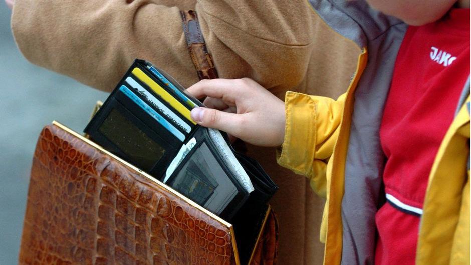 Vor Taschendieben sollte man sich an dicht gedrängten Orten im Urlaub gut schützen.