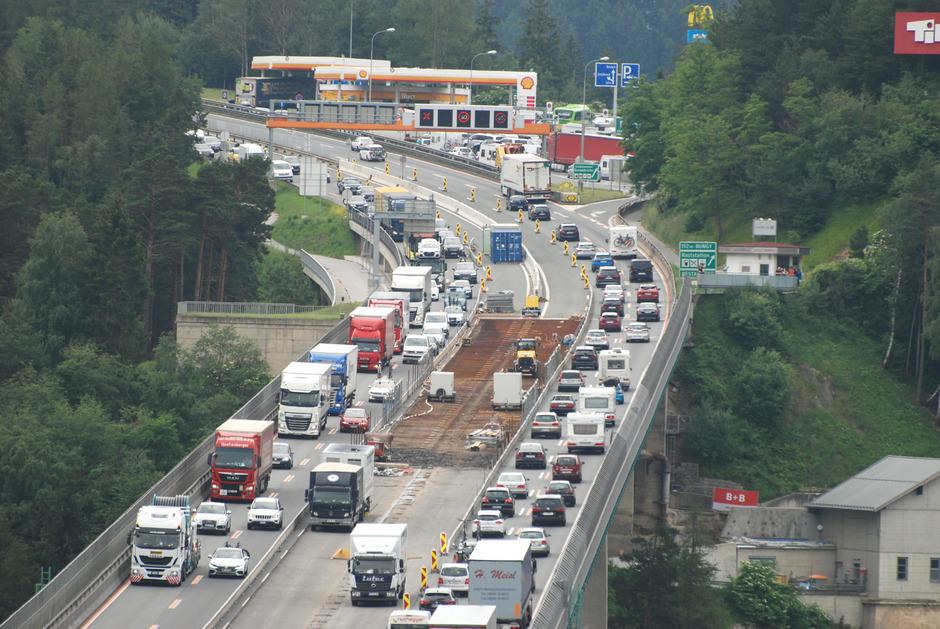 """""""Stauplatz"""" Europabrücke: Der Verkehr quälte sich gestern Samstag in beiden Fahrtrichtungen auf der A13."""