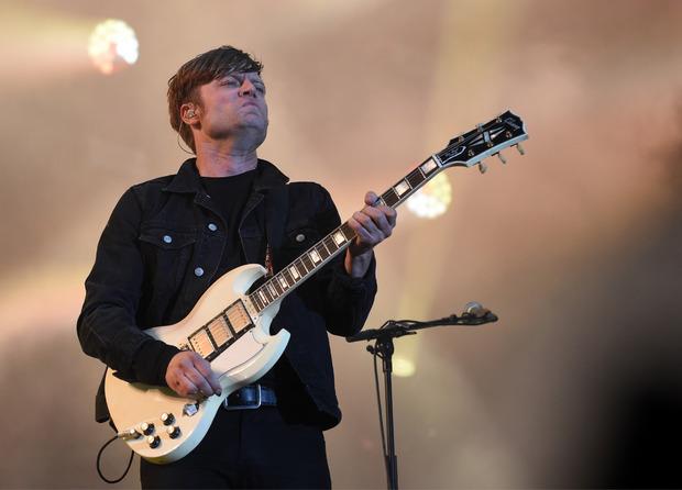 """Sänger und Gitarrist Björn Dixgard sowie der Rest der Band """"Mando Diao"""" rockten die Donauinsel-Bühne ganz in Schwarz."""