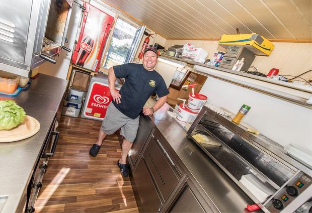 Metzgermeister Hermann Maizner hat vor 25 Jahren seinen Würstelstand in Inzing aufgebaut. Mittlerweile macht er mit Cordon bleu und anderen Fleischspeisen sein Hauptgeschäft.
