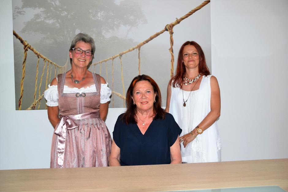 Vereinsgründerin Renate Magerle freut sich mit den Beraterinnen Elke Savelsberg (l.) und Sylwia Kruch (r.) über die neuen Räume.