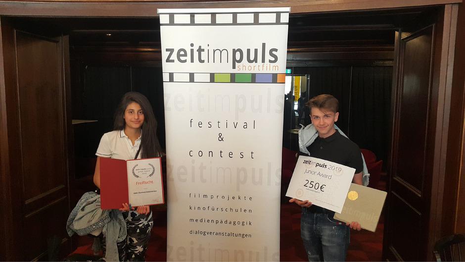 Die beiden Schüler Rujin Özdemir und Furkan Bayraktar nahmen den Preis für ihren Film in Wien entgegen.