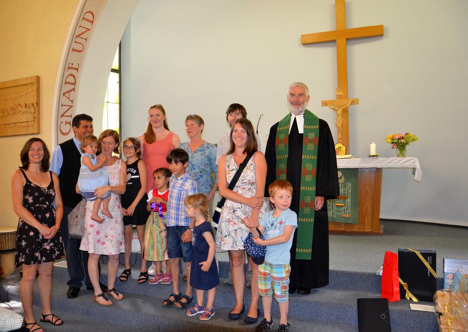 Hans (rechts) und Elke (hinten, Mitte) Hecht mit Kindern, Schwiegerkindern und Enkeln verabschieden sich von der evangelischen Gemeinde in Lienz.