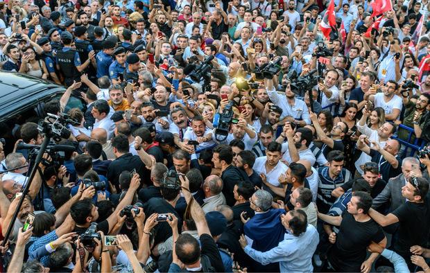 Jubelnde Anhänger umzingeln den Wahlsieger (Mitte).