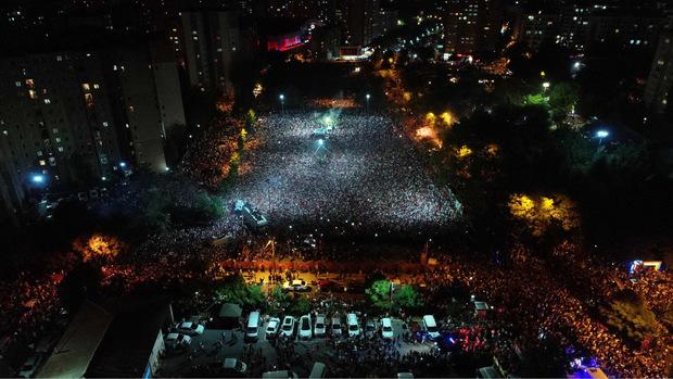 """Tausende Istanbuler feiern """"ihren"""" Bürgermeister."""