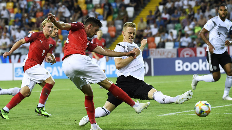 Auch Husein Balic (l.) rackerte mit dem U21-Team gegen den großen Nachbarn Deutschland. Am Ende musste man das Unentschieden akzeptieren.