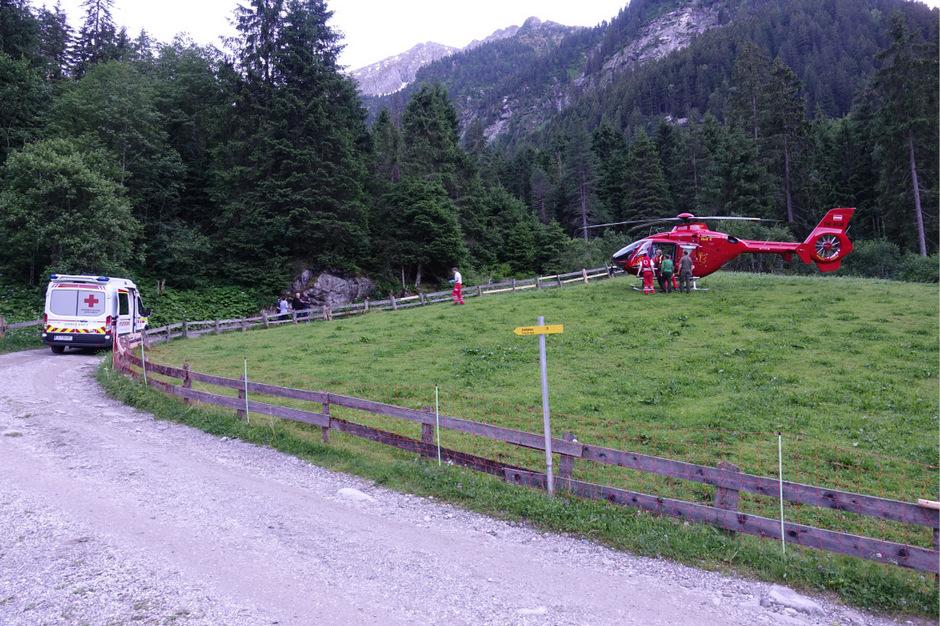 Der Radfahrer wurde mit dem Hubschrauber ins Bezirkskrankenhaus Schwaz geflogen.