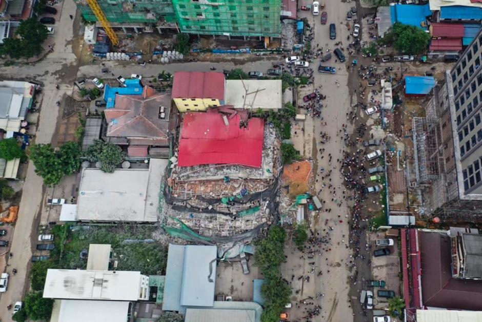 Unter den Trümmern wird weiter nach Vermissten gesucht.