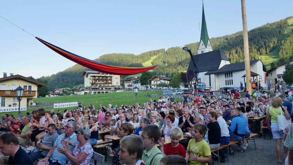 Beim Musikpavillon wurde die 25 Meter lange Hängematte sechs Meter hoch über den Köpfen der schaulustigen Besucher des Niederauer Dorfabends angebracht.