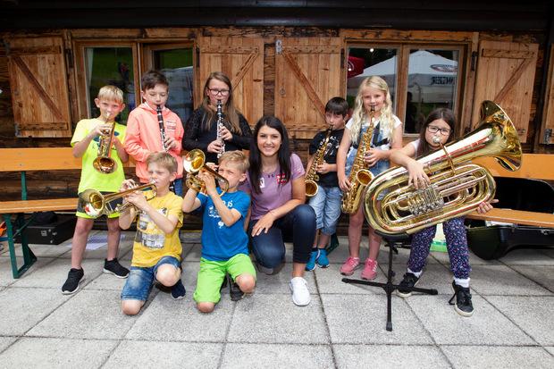 Junge Blasmusiker spielten der Weltcup-Läuferin ein Ständchen.