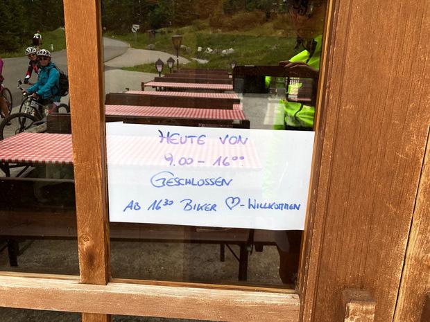 Ein Gasthaus hatte extra geschlossen und öffnete erst wieder für Motorradler.